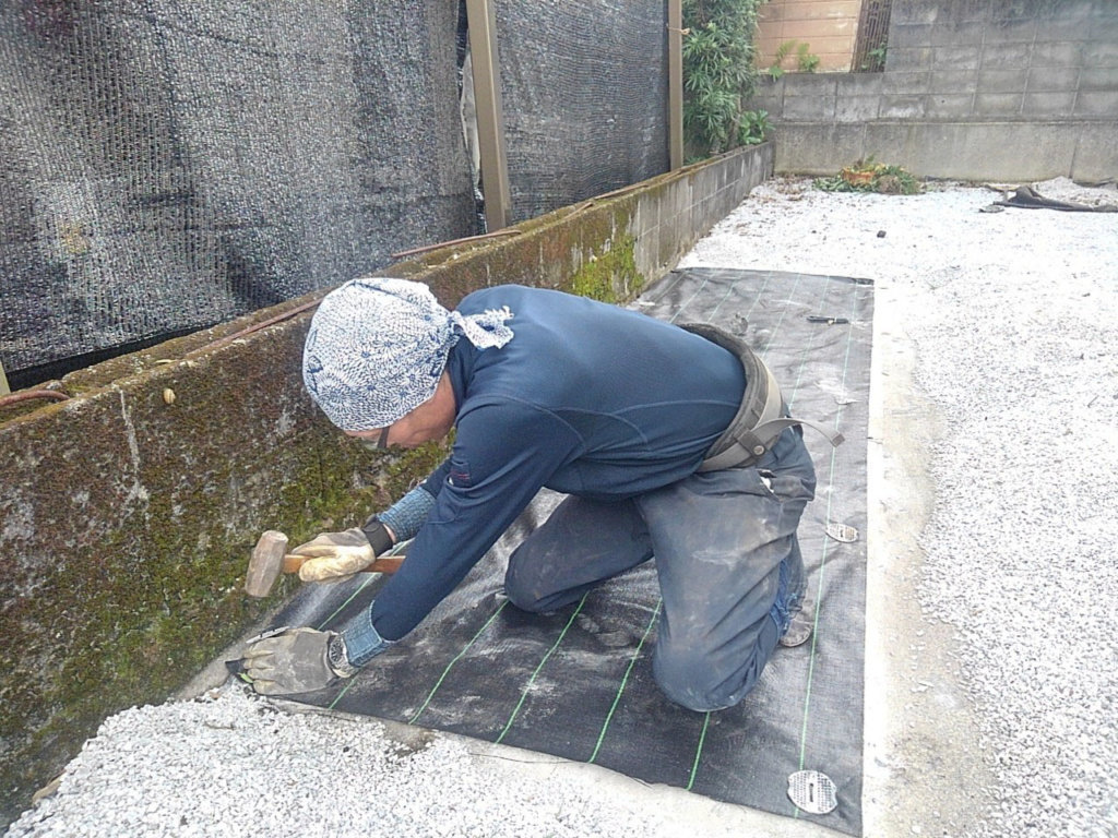 根っこを取り除いた後は防草シートを元通り復旧